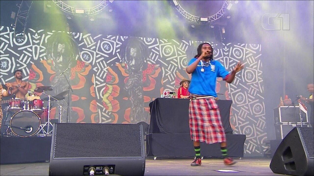 """Rincon Sapiência canta """"Ponta de Lança"""" no palco Budweiser, no 1º dia de Lollapalooza"""