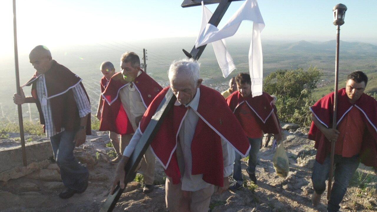 Renata e Aldri percorrem os 4km de subida da serra na romaria de Monte Santo