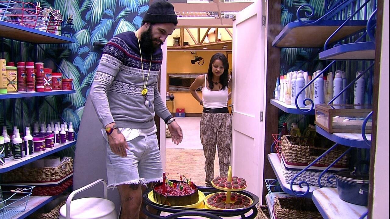 Wagner recebe bolo do aniversário de Jéssica