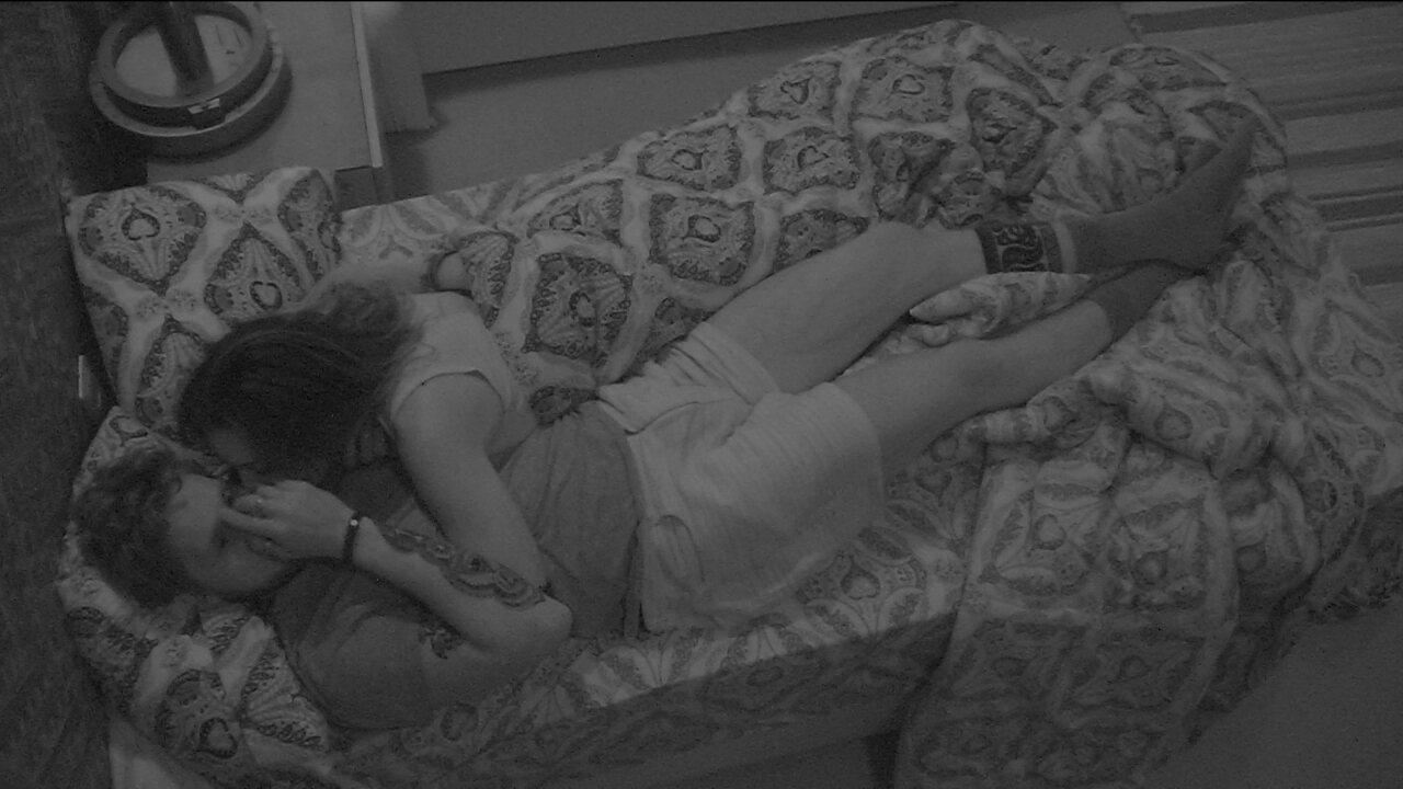 Paula deita ao lado de Breno e faz carinho no brother