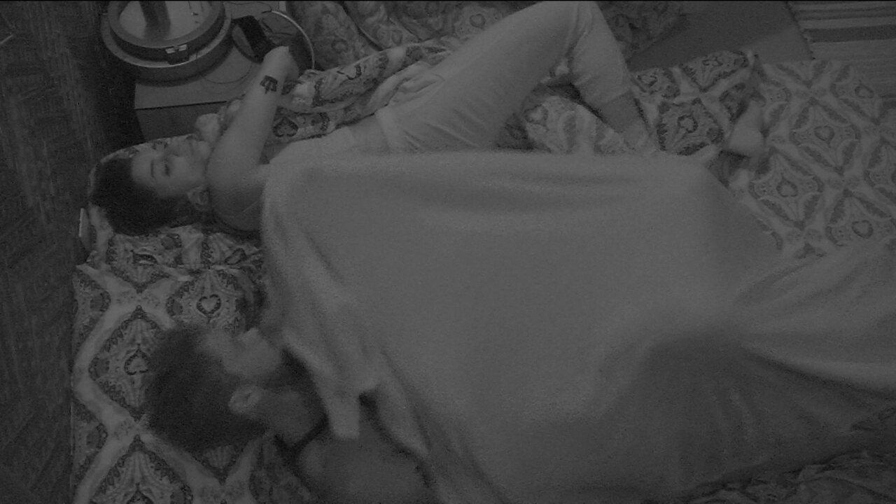 Breno abraça Paula e os dois voltam a dormir no Bangalô do Líder