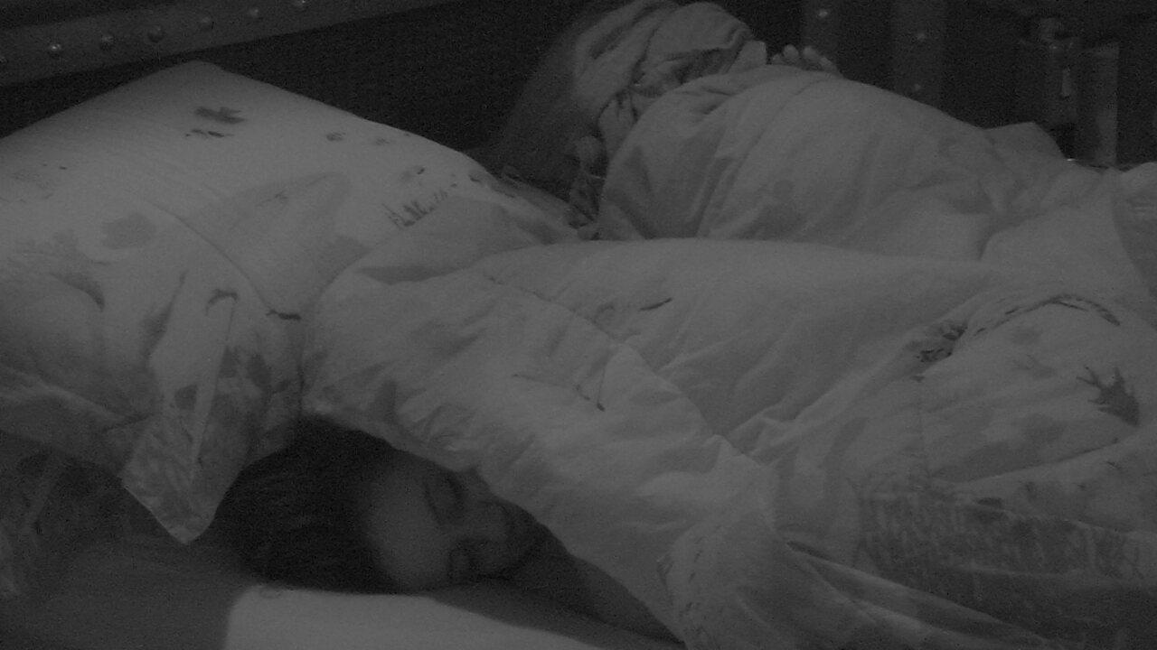 Gleici e Ana Clara se ajeitam na cama