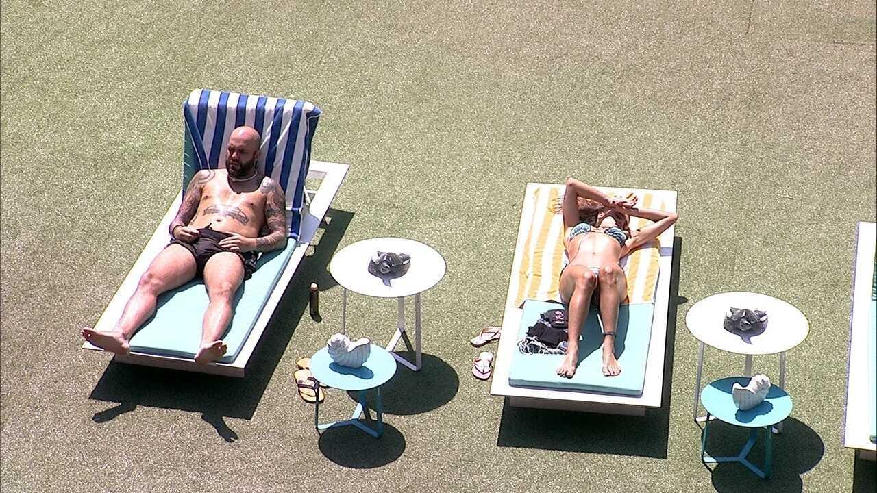 Caruso relaxa ao lado de Paula e os dois ficam em silêncio