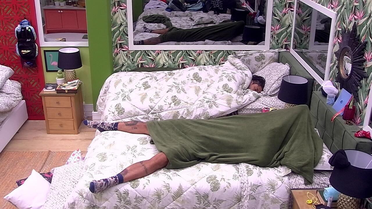 Wagner dorme com a cabeça coberta no Quarto Tropical
