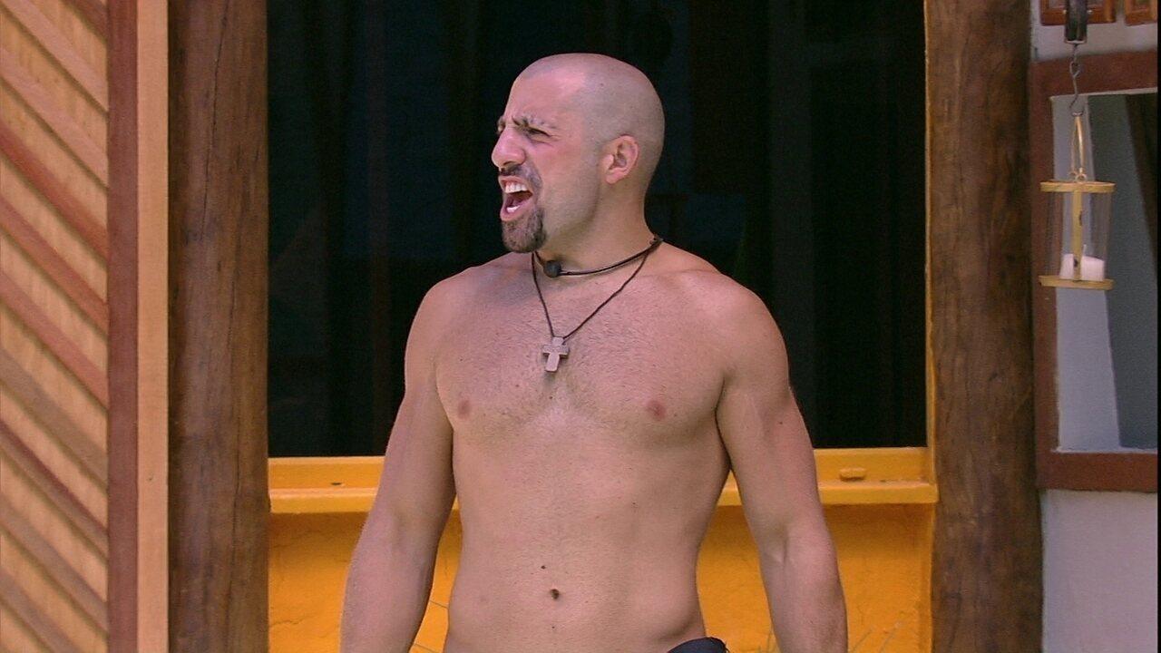 Kaysar canta Michel Teló na área externa