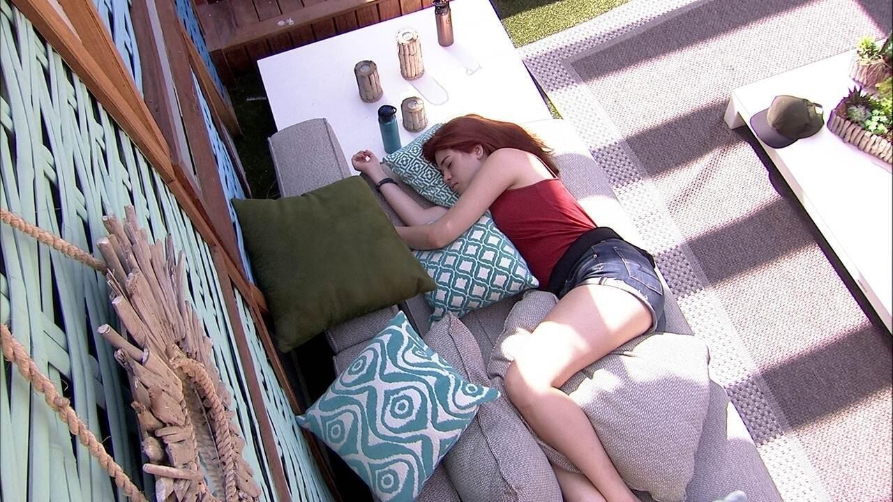 Ana Clara descansa na área externa