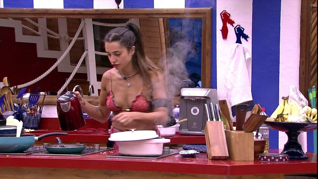 Paula faz almoço sozinha