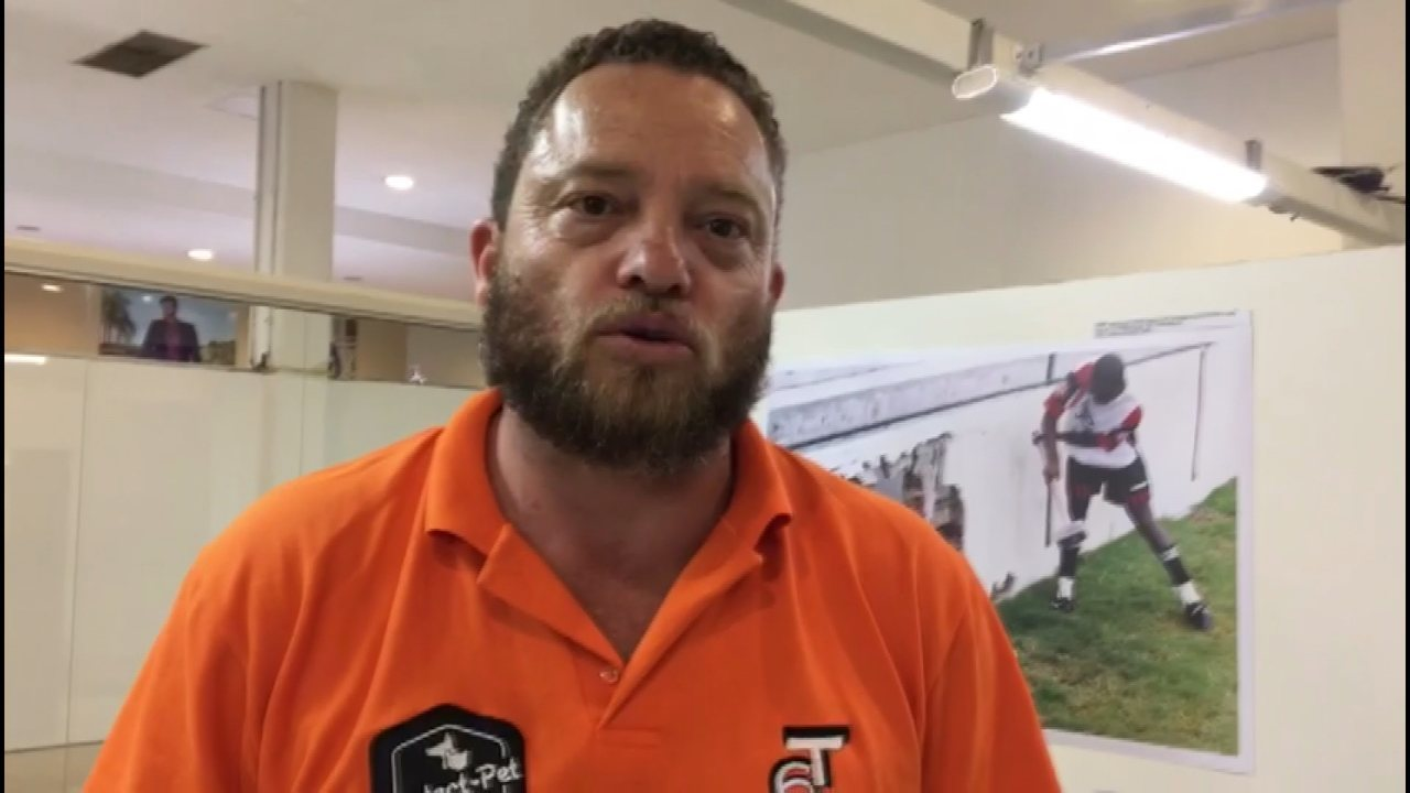 Irmão de Socó visita a exposição 'Apaixonados por Futebol'