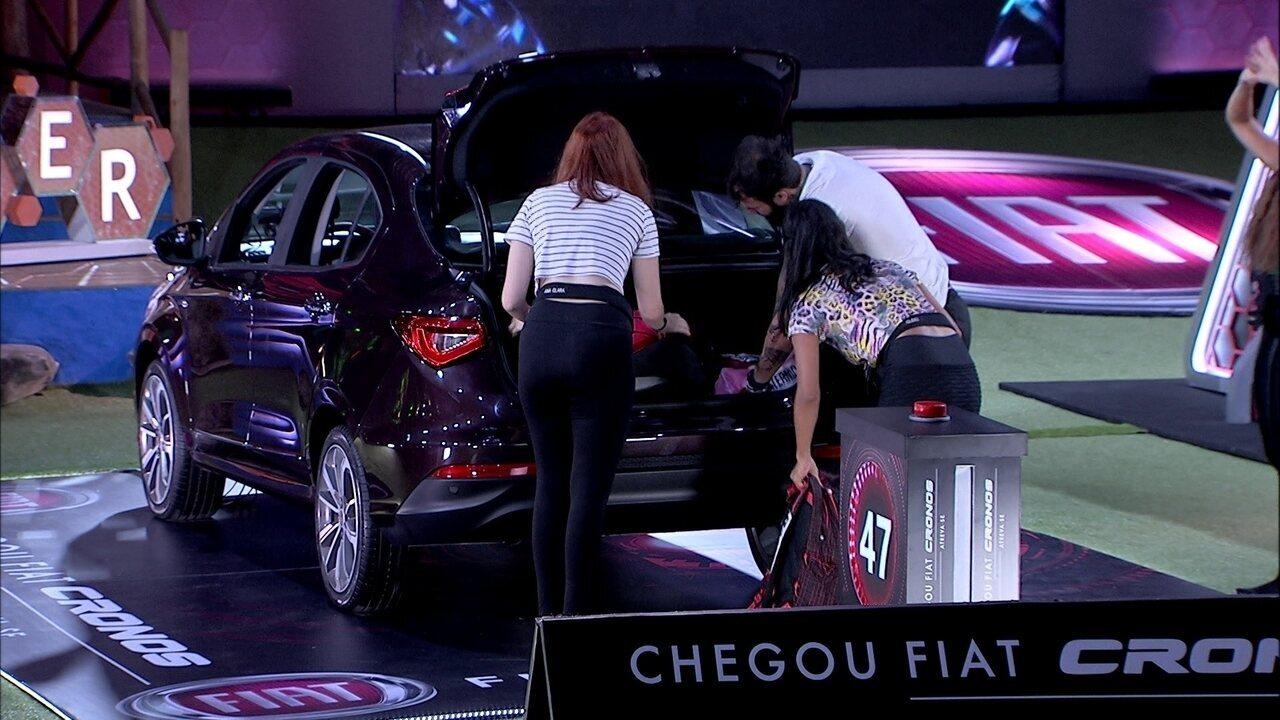 Ana Clara, Wagner, Gleici e Paula carregam carro Vermelho Marsala