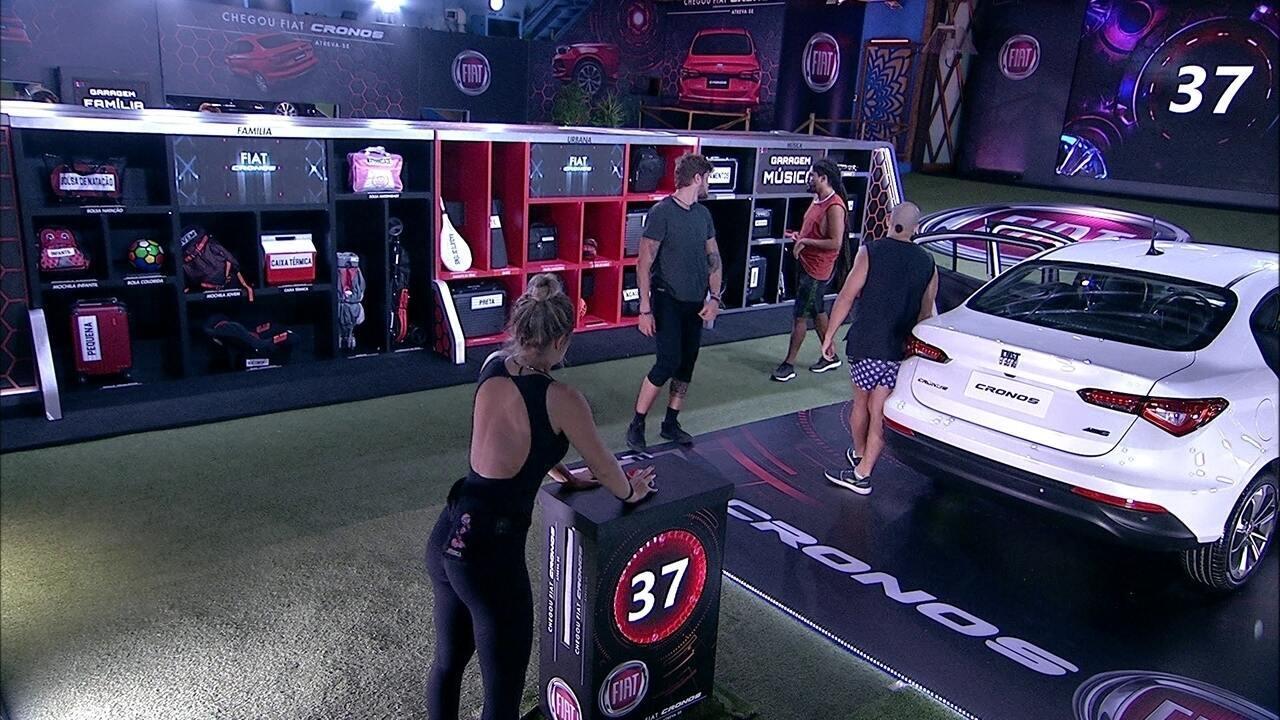 Breno, Viegas, Kaysar e Jéssica acomodam itens de volta na Garagem Música