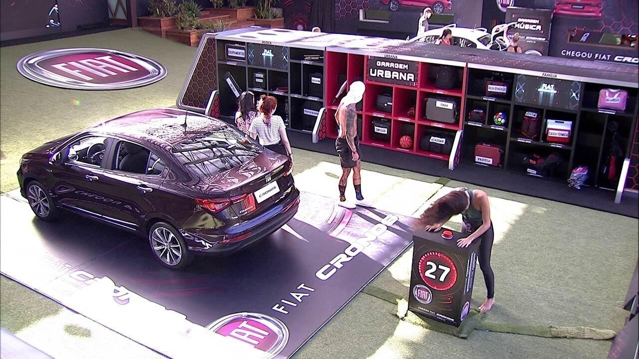 Brothers retiram itens da bagagem do carro Fiat Cronos Vermelho Marsala
