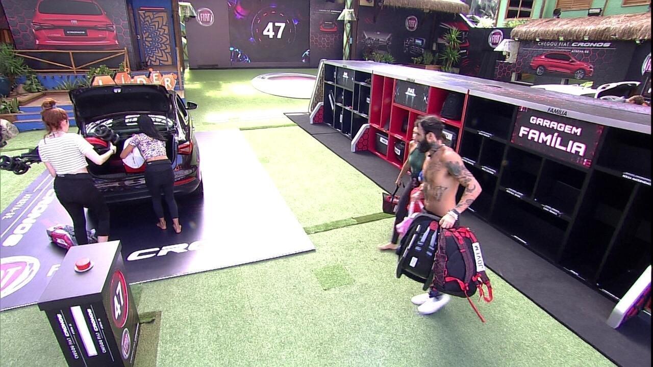 Brothers colocam objetos no bagageiro do Fiat Cronos Vermelho Marsala