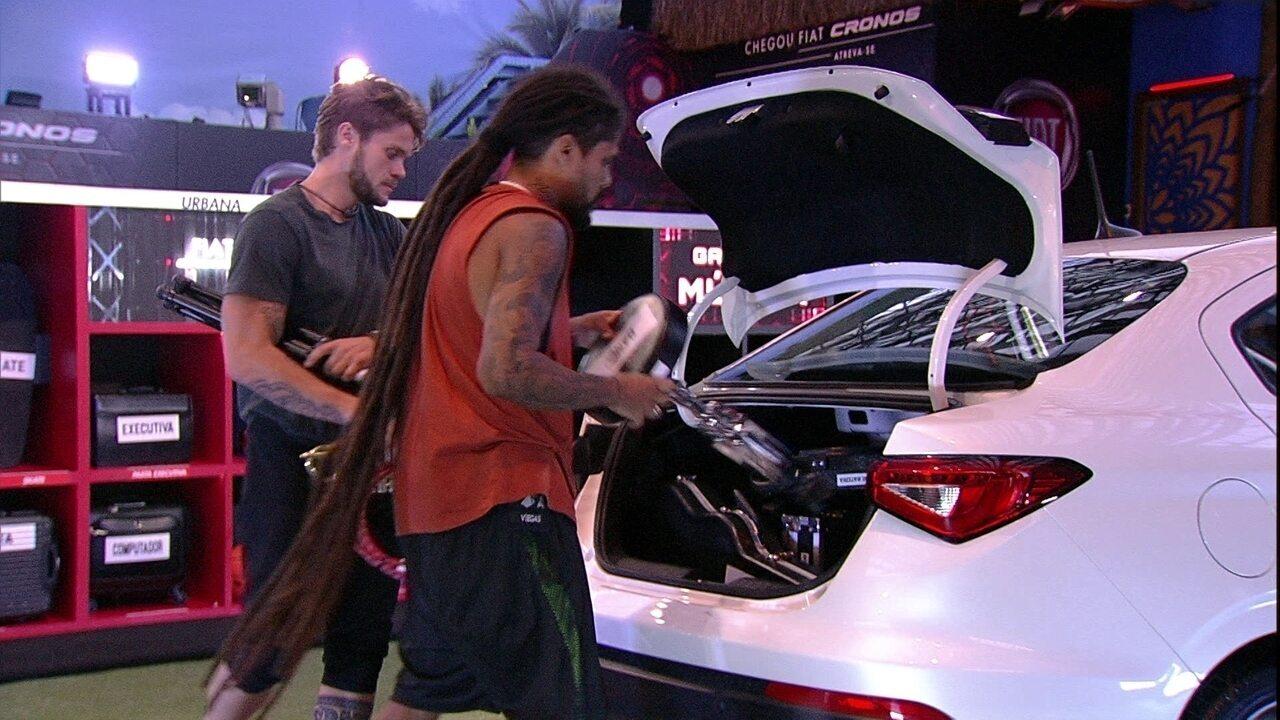 Breno e Viegas arrumam porta-malas do Fiat Cronos Branco Alaska com objetos da Garagem