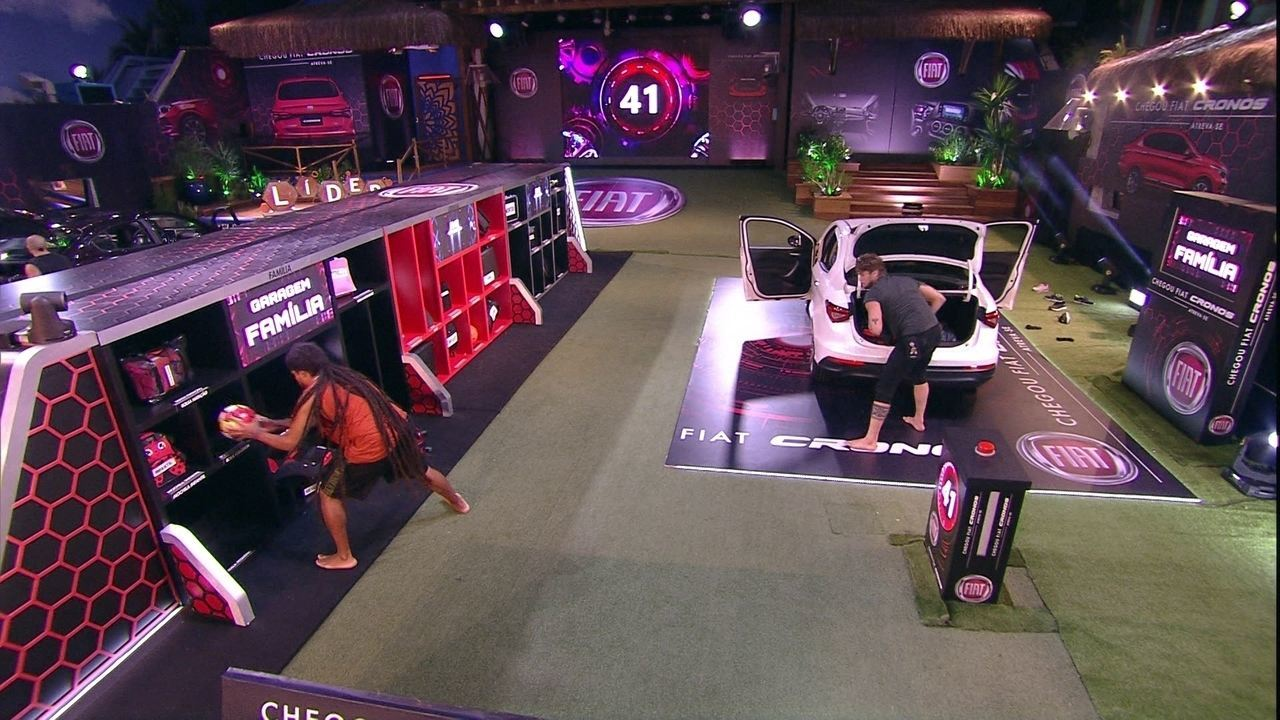 Breno e Viegas guardam objetos na Garagem Família e conferem antes de apertar o botão