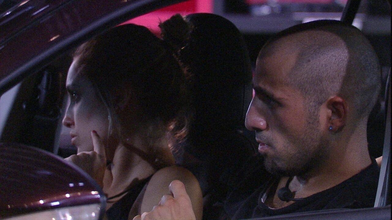 Kaysar beija a mão de Jéssica e diz: 'Vai dar certo'