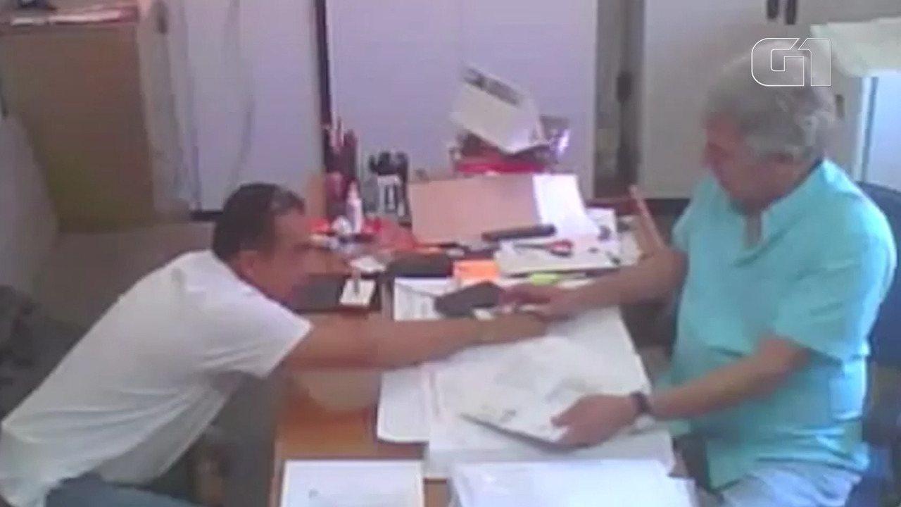Vídeo mostra titular de cartório recebendo 'taxa de agilização'