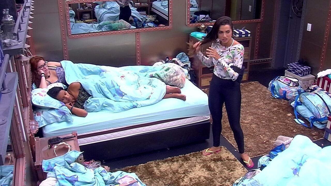Ana Clara pergunta se Breno está chateado e Paula responde: 'Parece que está'
