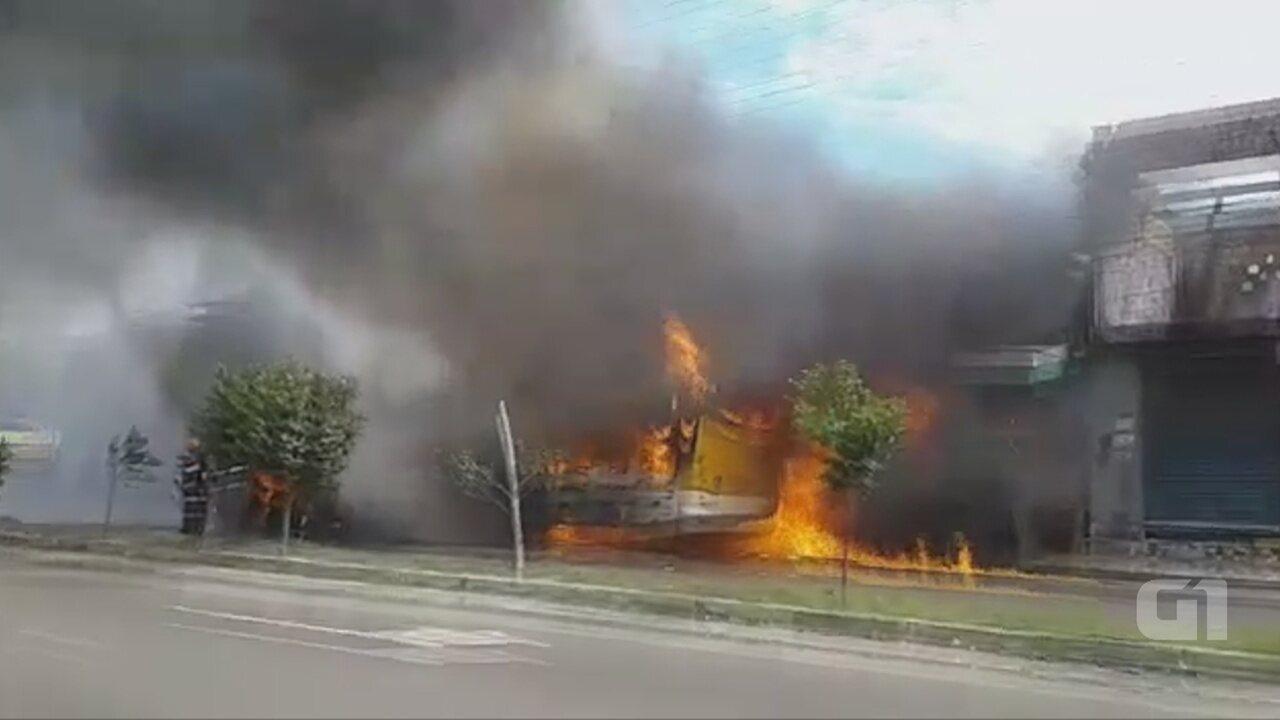 Ônibus do transporte público de passageiros pega fogo em Manaus