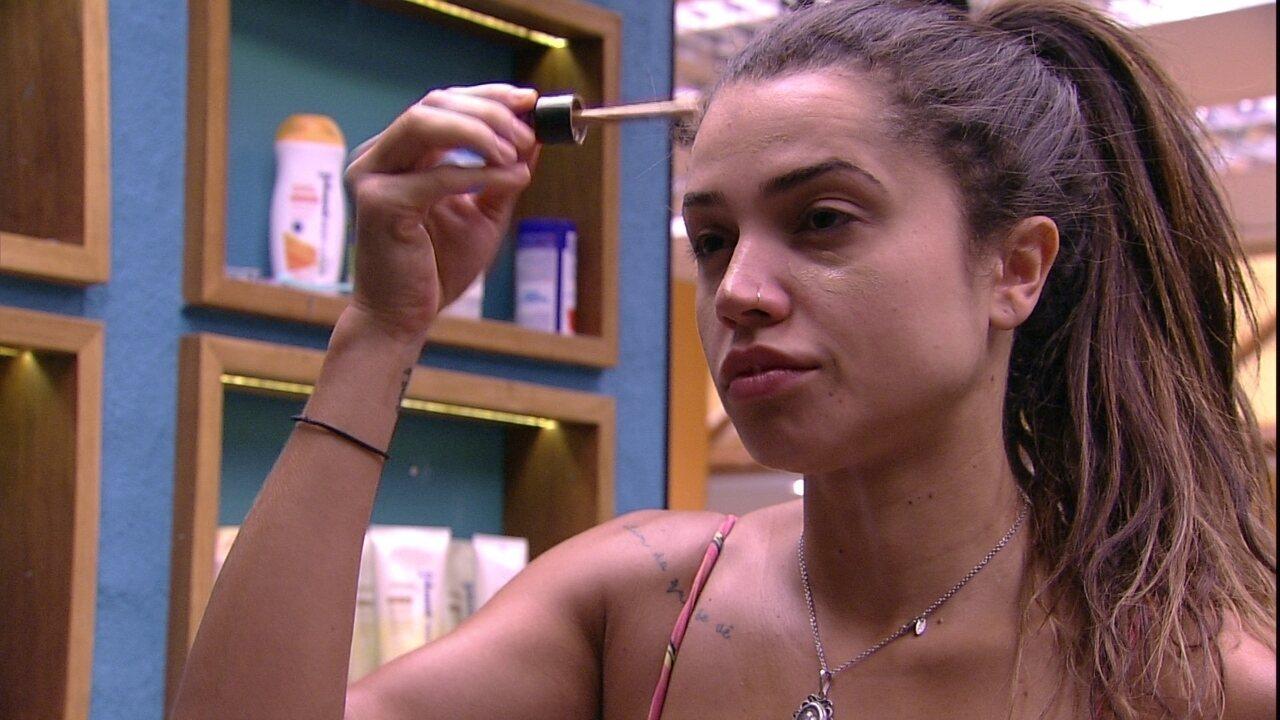 Paula passa hidratante e depois se maquia