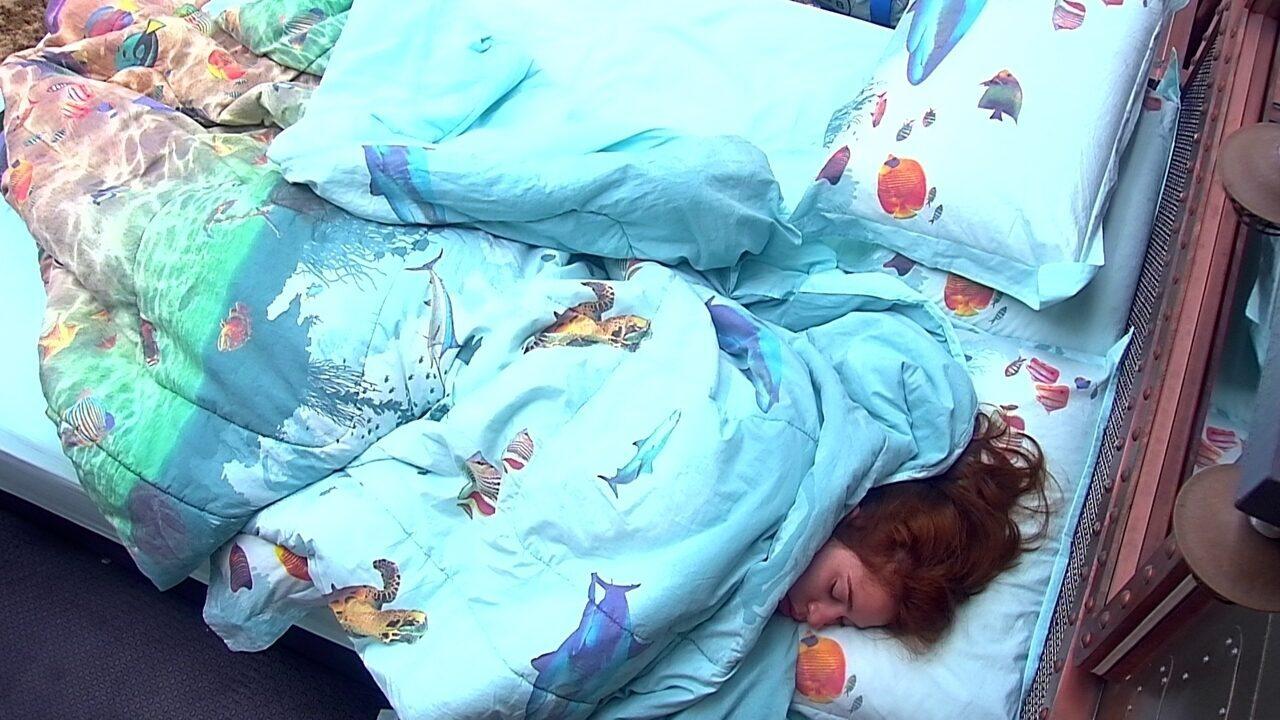 Ana Clara dorme sozinha no Quarto Submarino
