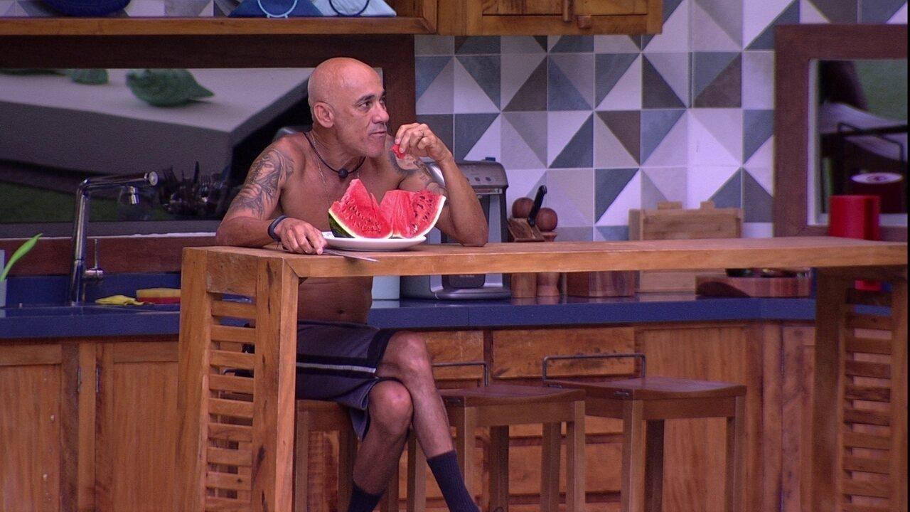 Ayrton come melancia sozinho na área externa
