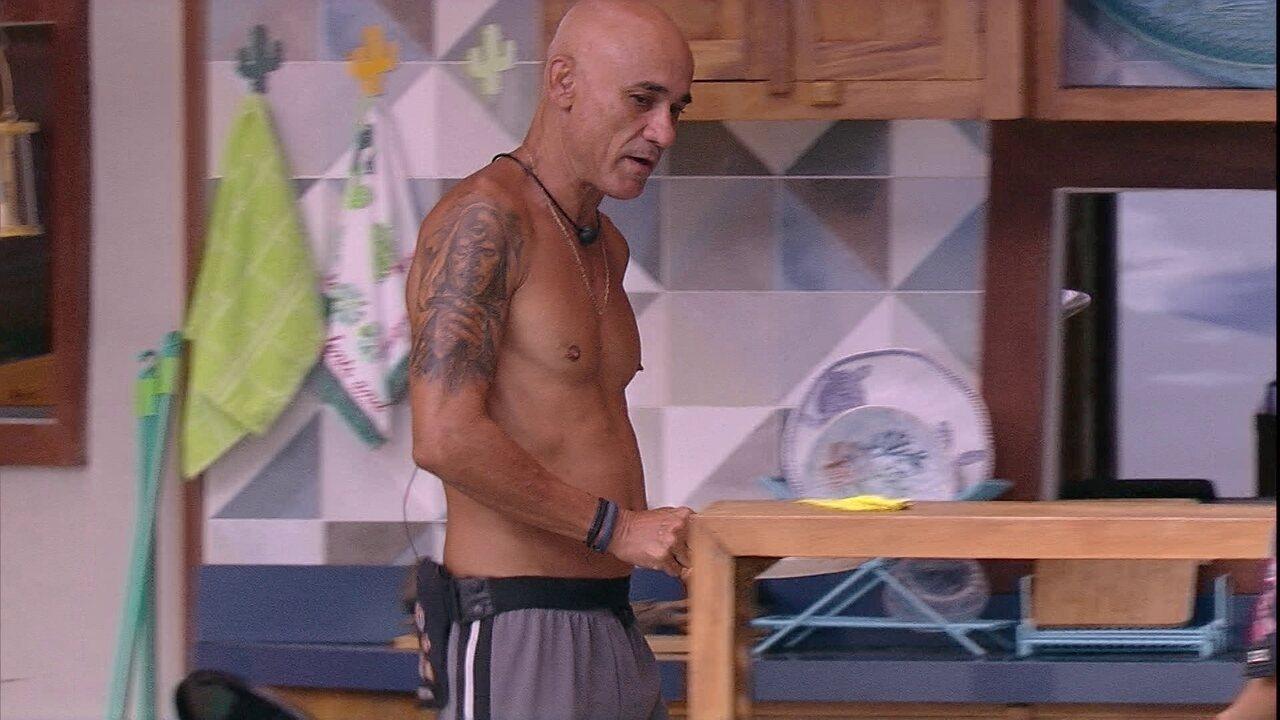 Ayrton alfineta: 'O Líder não tá fazendo nada, vou pegar para lavar a louça'