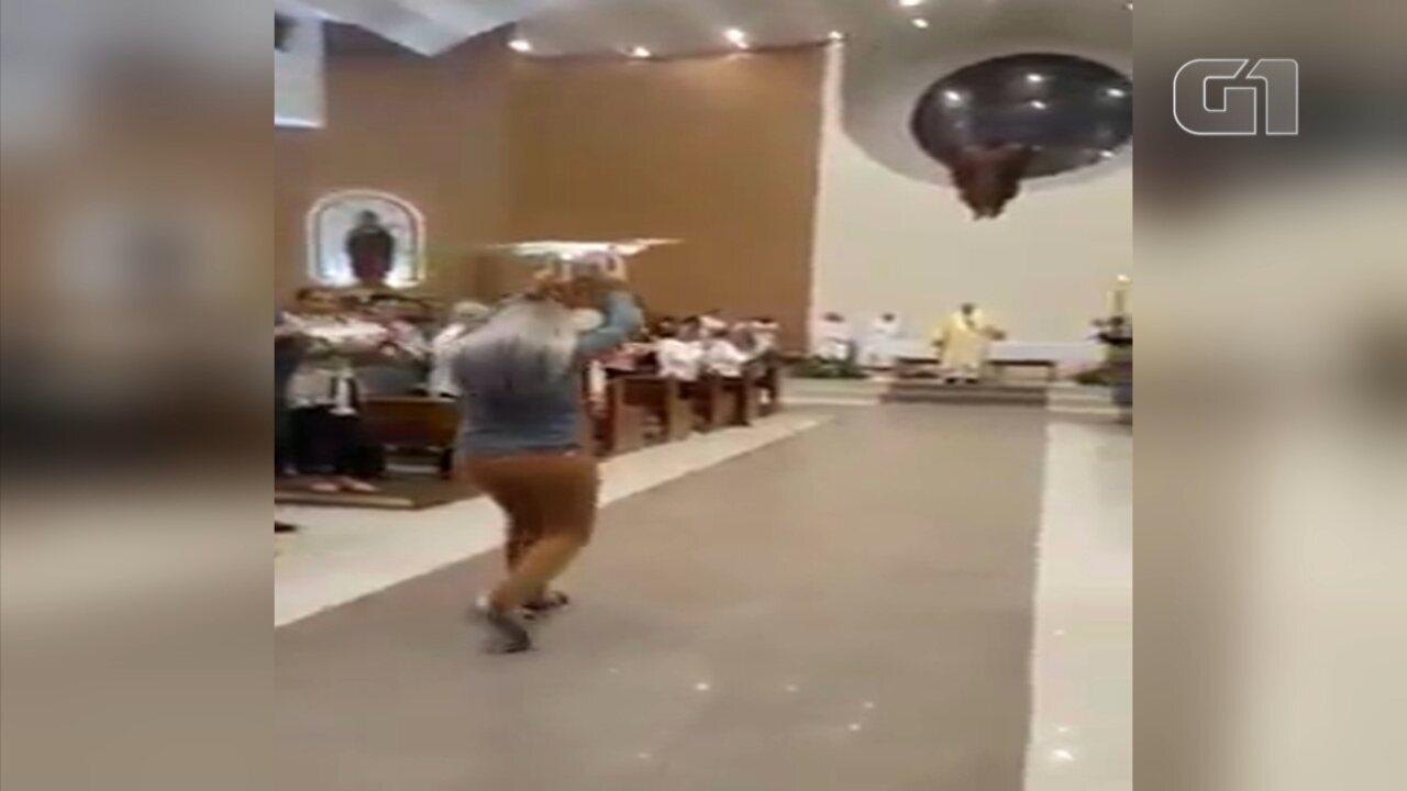 Igreja inova usando drone para levar simbolo católico ao altar durante missa