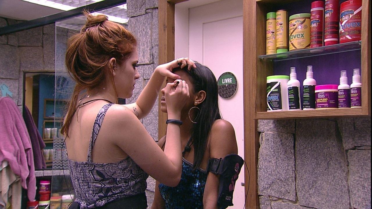 Ana Clara ajuda Gleici com maquiagem para Festa Disco