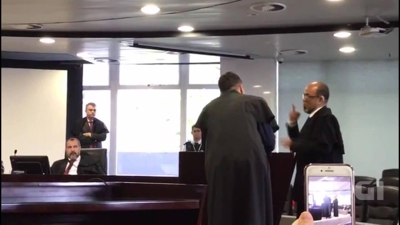 Homem surdo usa cartaz para se comunicar no Tribunal de Contas do DF