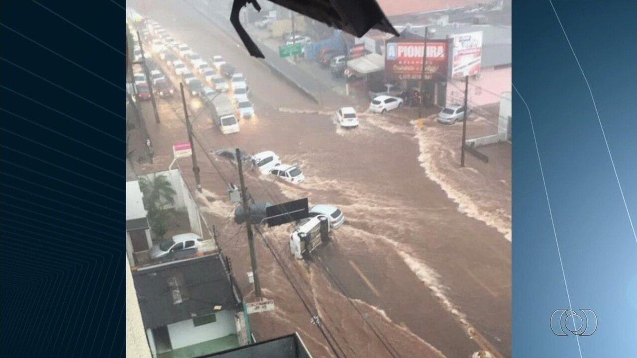 Fortes chuvas alagam ruas e causam transtornos, em Goiânia