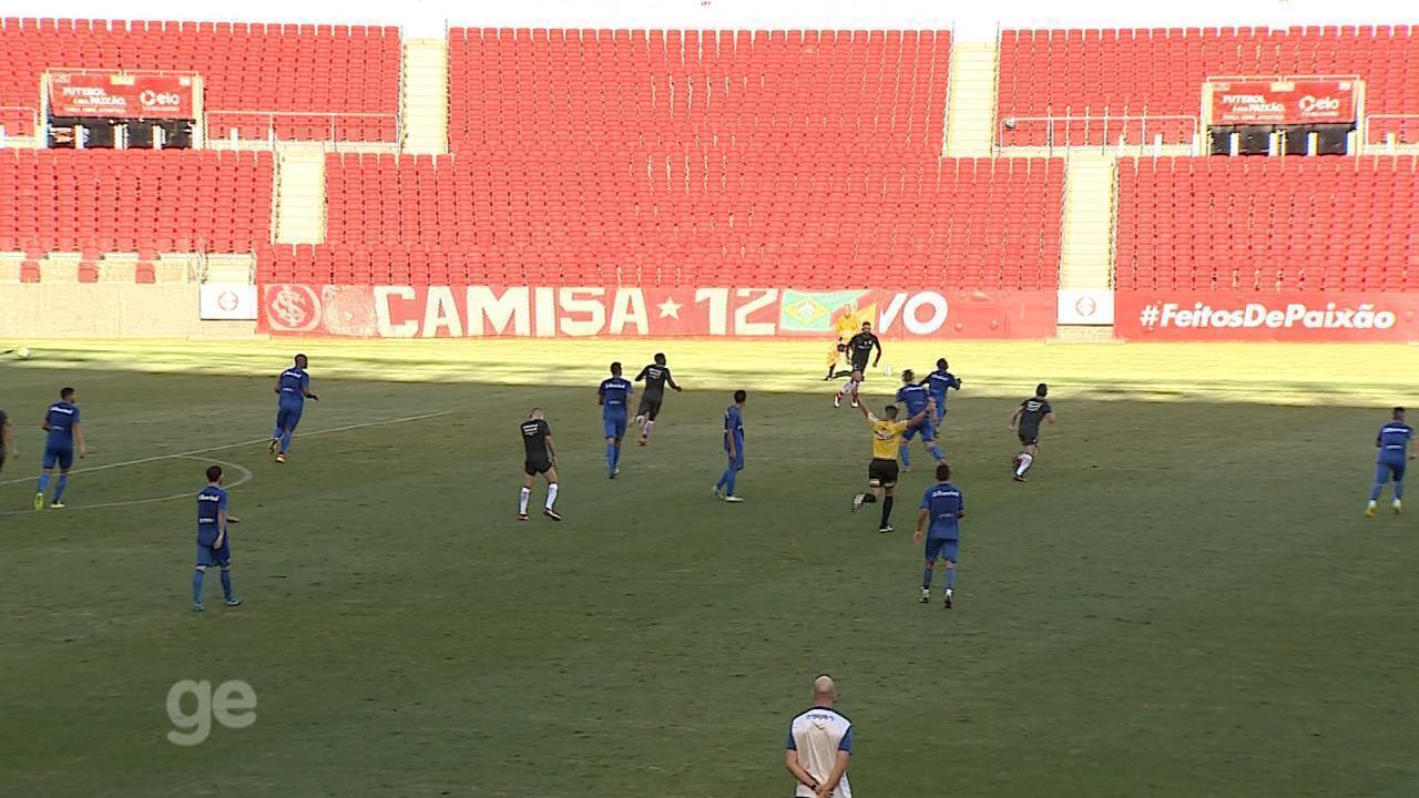 Inter faz bola circular e tenta achar espaços em jogo-treino