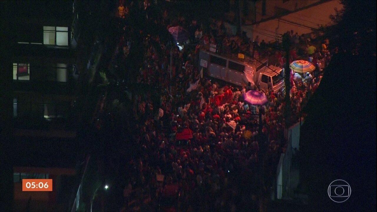 Políticos aliados a Lula discursam em frente ao Sindicato dos Metalúrgicos em SBC