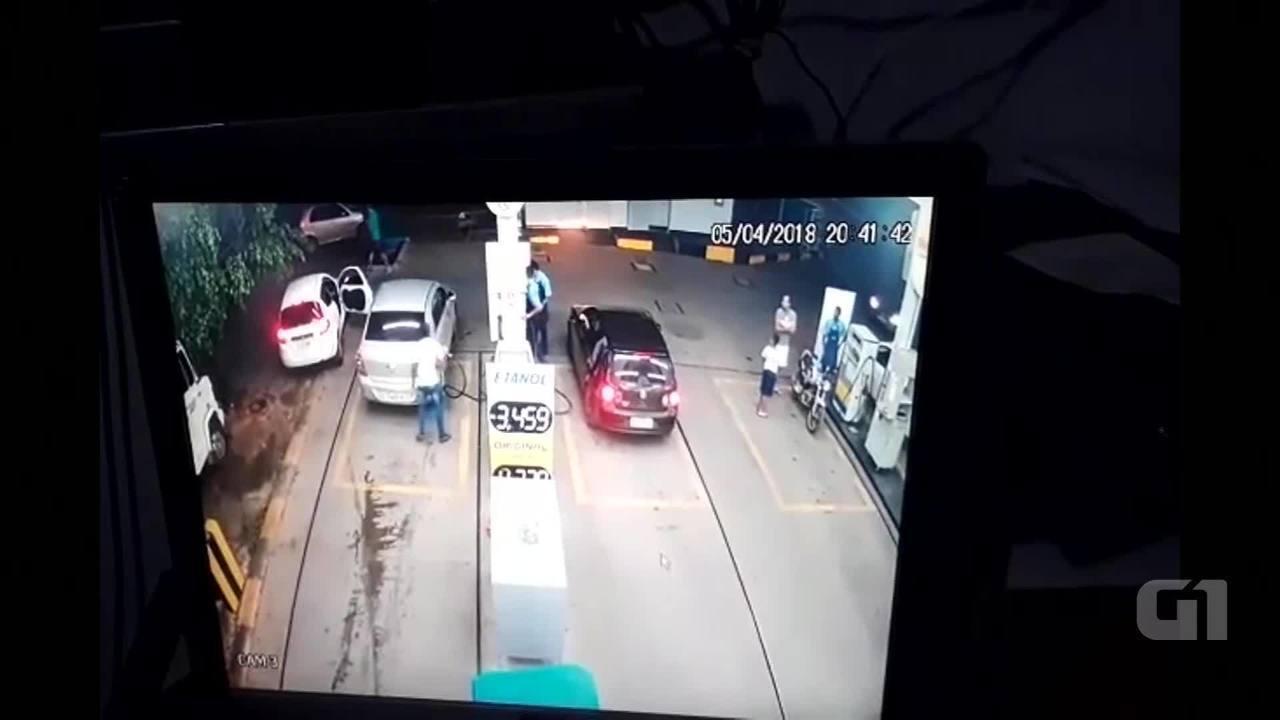 Carro leva 16 tiros em posto de combustível e homem morre em Ceilândia, no DF
