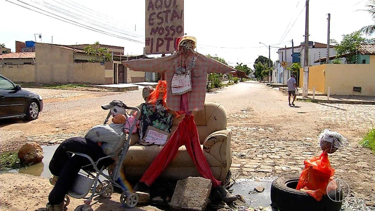 Espantalho que sinaliza buraco em rua de Parnamirim ganha família