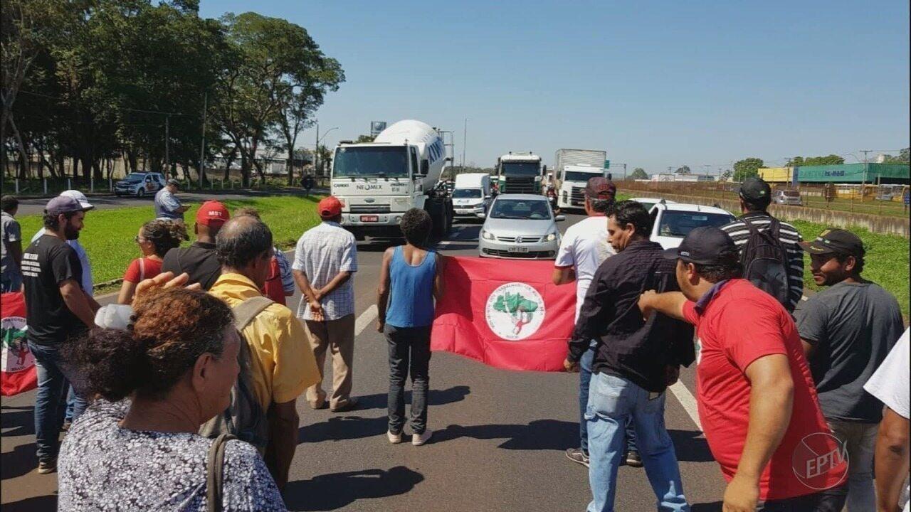 MST faz manifestação a favor de Lula na Rodovia Anhanguera em Ribeirão Preto