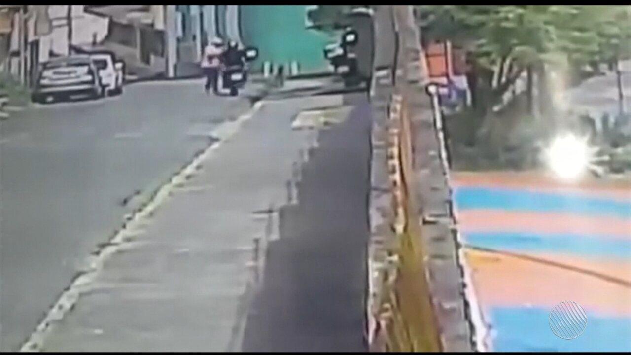 Mulher sofre tentativa de assalto, cai da moto e é internada em estado grave