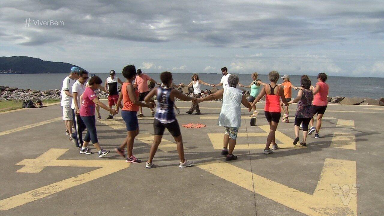 Com prática gratuita, 'Dança Circular' reúne adeptos em Santos, SP