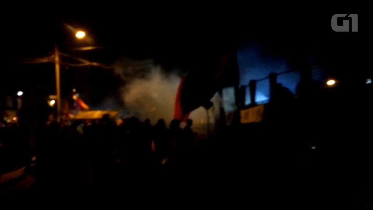 Polícia usa bombas de efeito moral e bala de borracha para dispersar multidão na PF