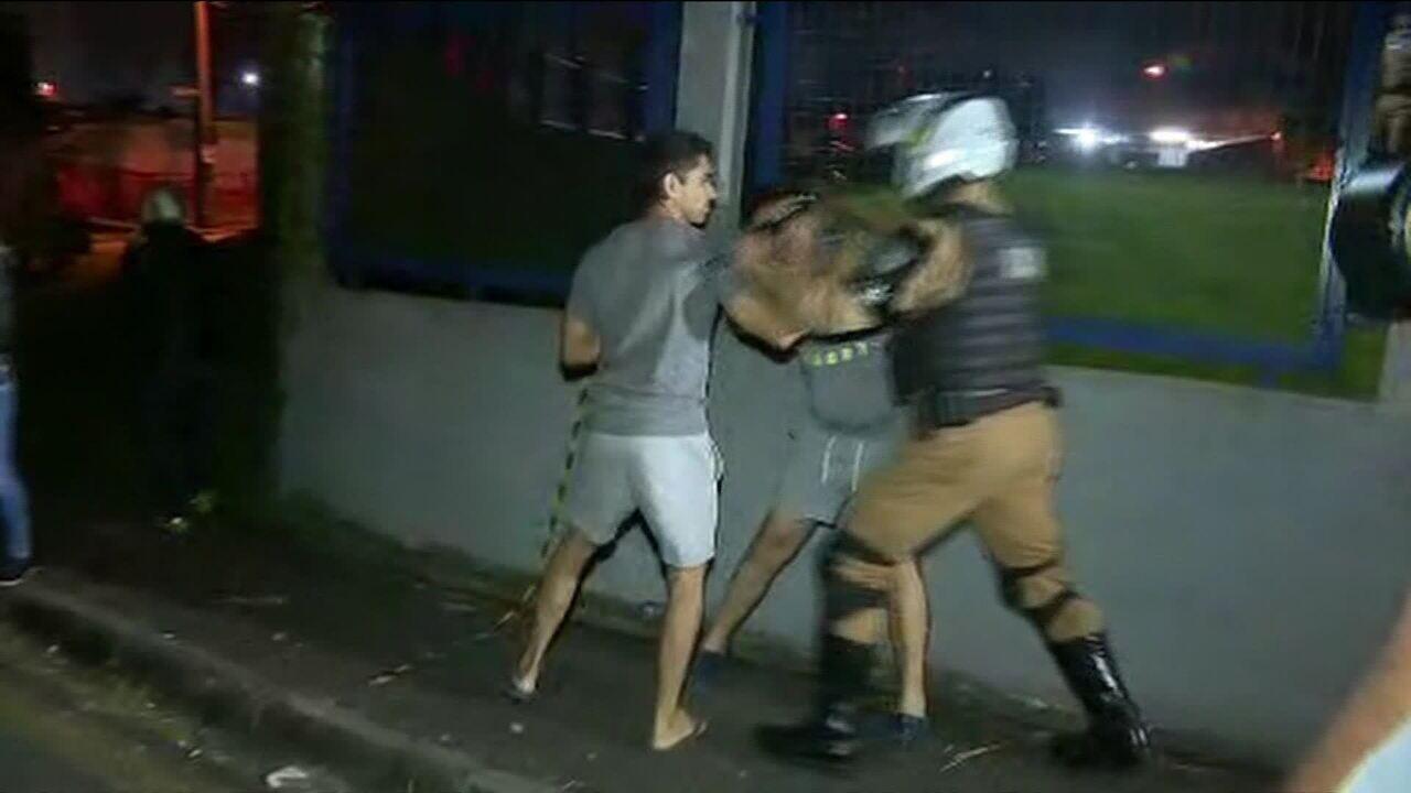 Manifestantes a favor e contra Lula se envolvem em confusão com a polícia em Curitiba