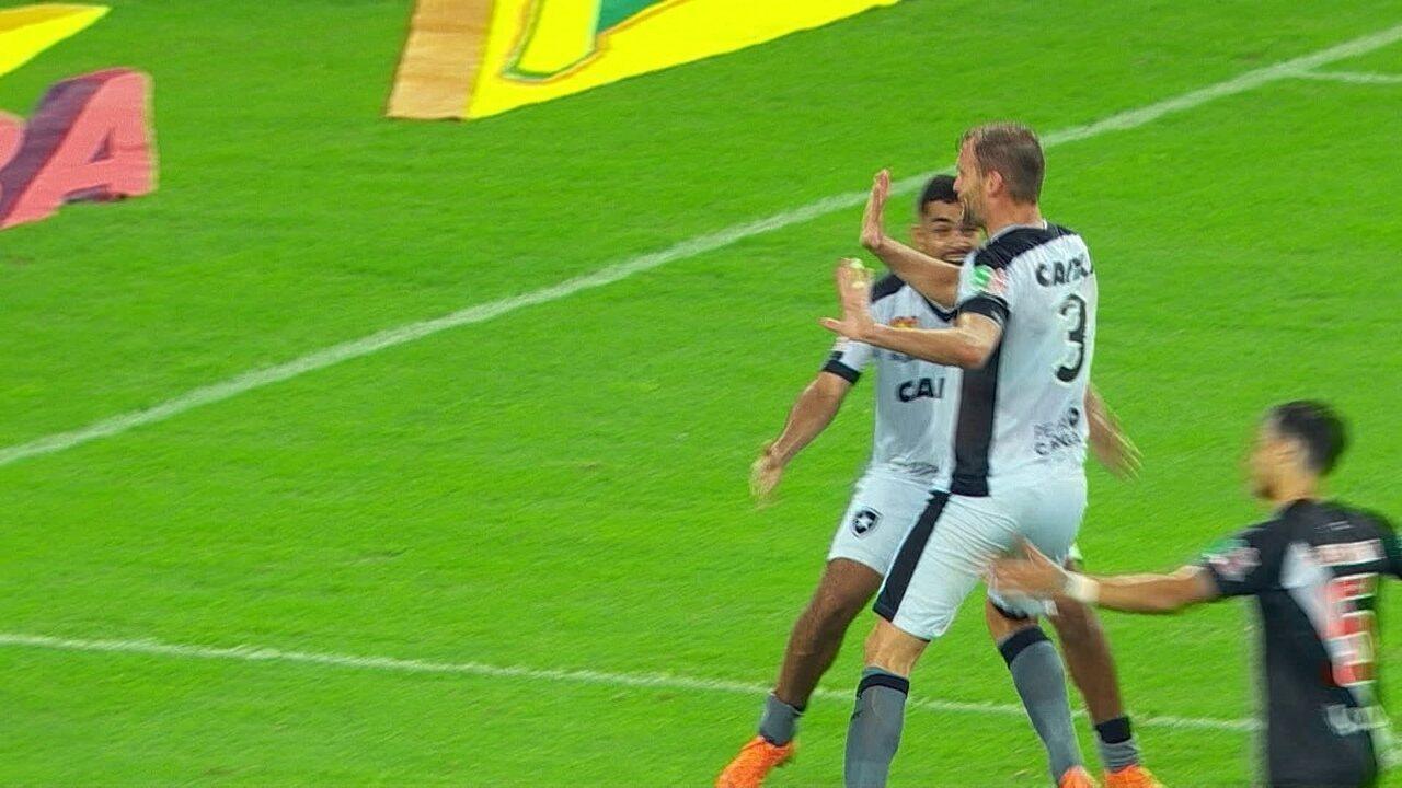 Gol do Botafogo! Carli pega sobra na área, chuta e marca, aos 48 do 2º tempo