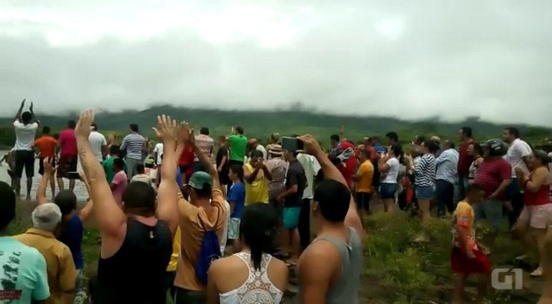 População agradece chuva que fez açude sangrar após sete anos, na Paraíba