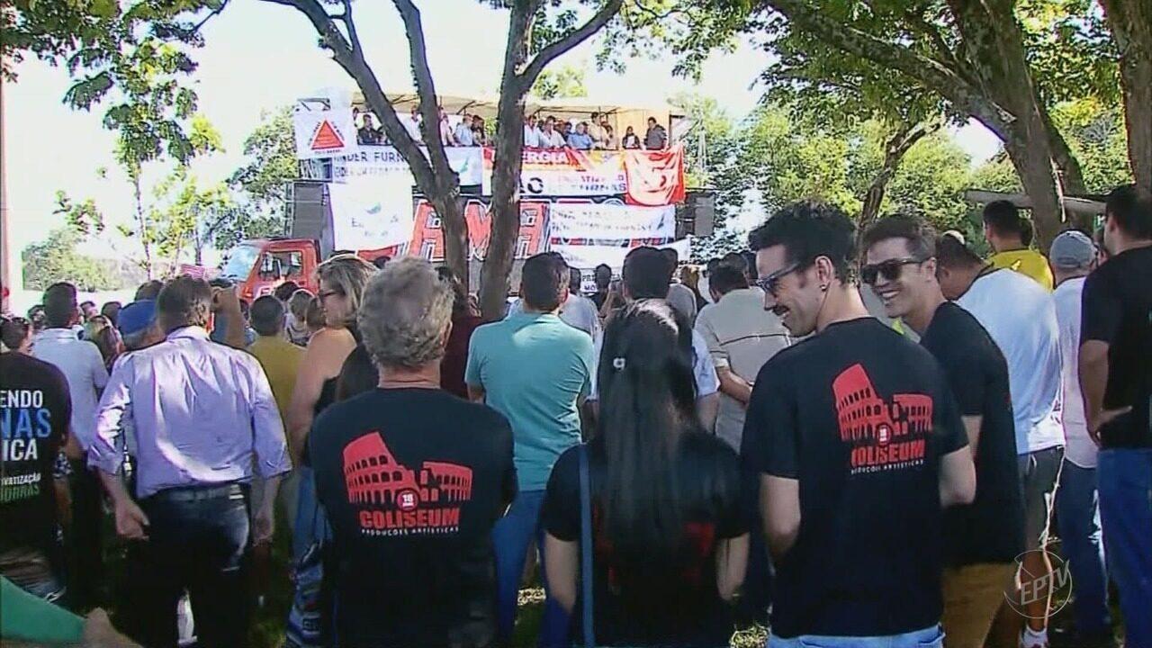 Ato contra privatização da Eletrobrás reúne cerca de 300 pessoas na barragem de Furnas