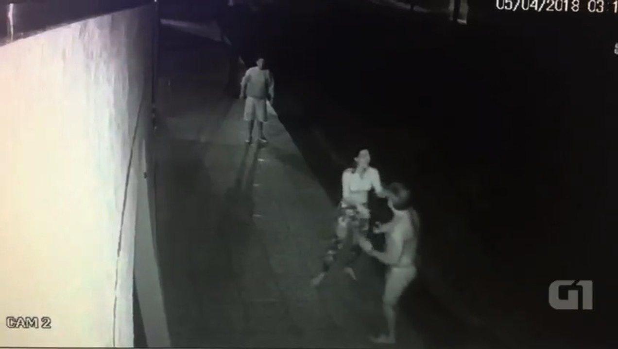 Vídeos mostram empresário esfaqueado tentando buscar socorro antes de morrer, em Itauçu