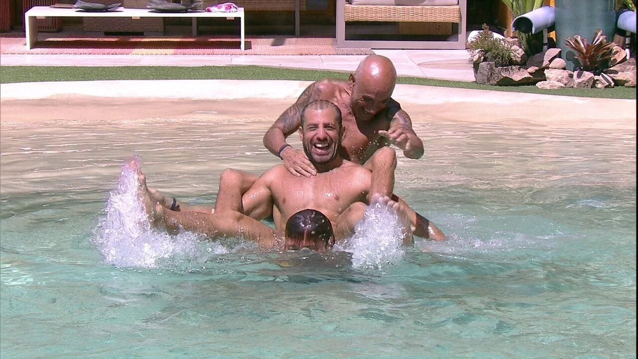 Breno, Ayrton e Kaysar se equilibram dentro da piscina