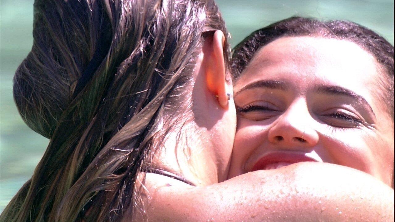 Jéssica e Paula se abraçam na piscina