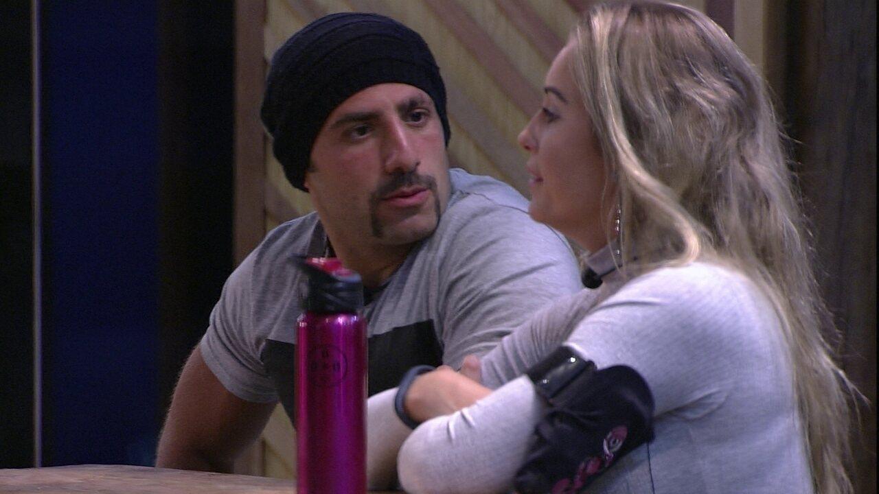 Kaysar relembra o primeiro dia do BBB e diz para Jéssica: 'Você estava metida'