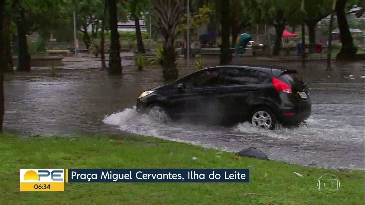 Chuva deixa ruas do Recife alagadas