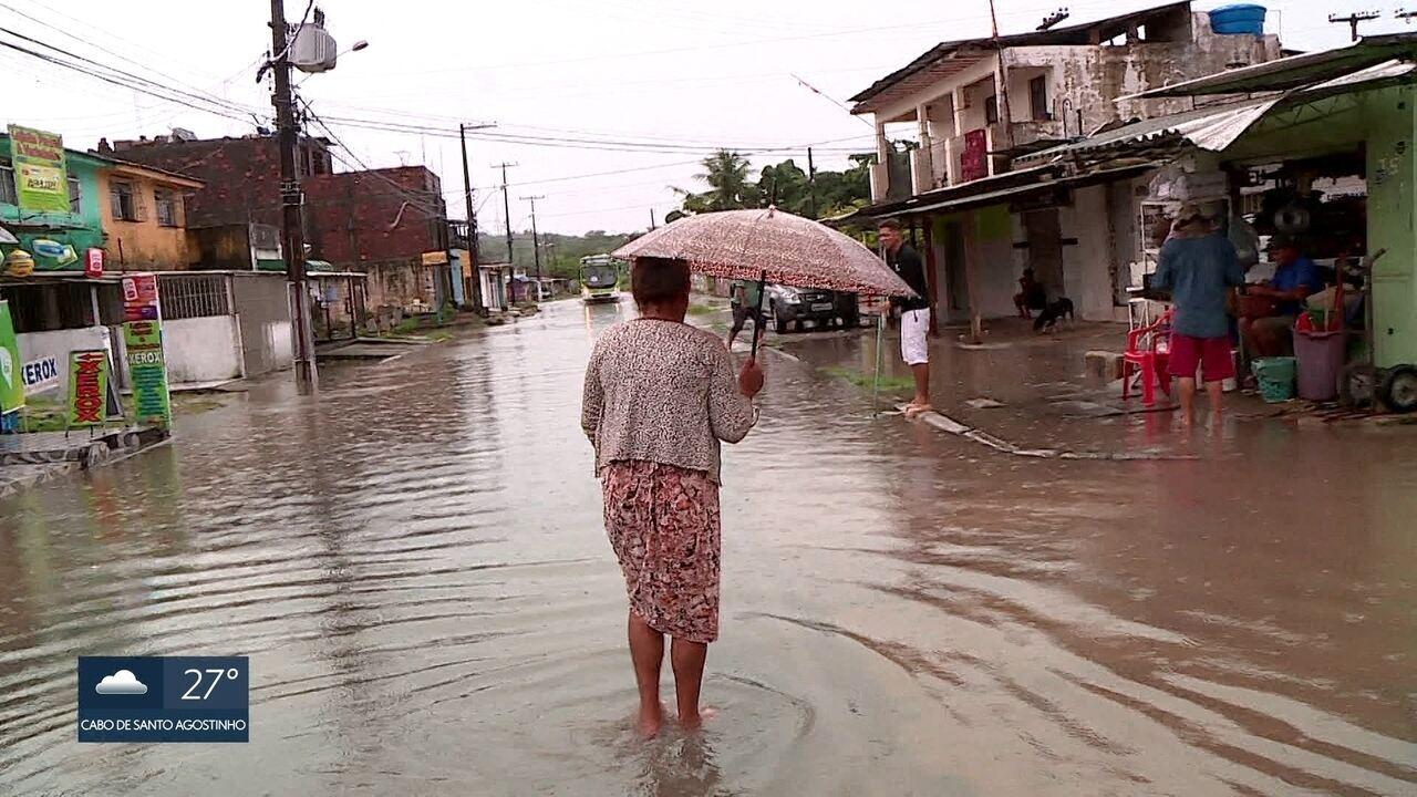 Chuva causa transtornos em ruas de Olinda