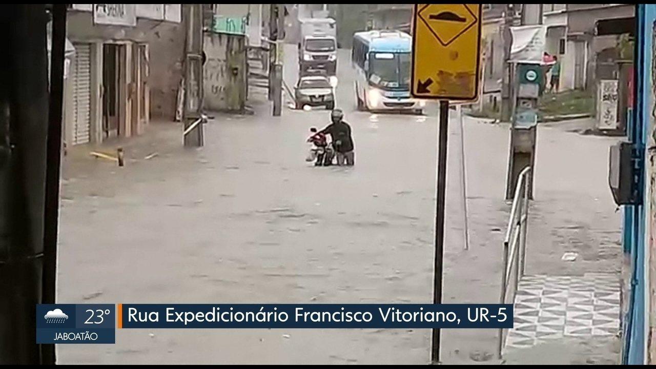 Alagamentos comprometem mobilidade em ruas e avenidas do Grande Recife
