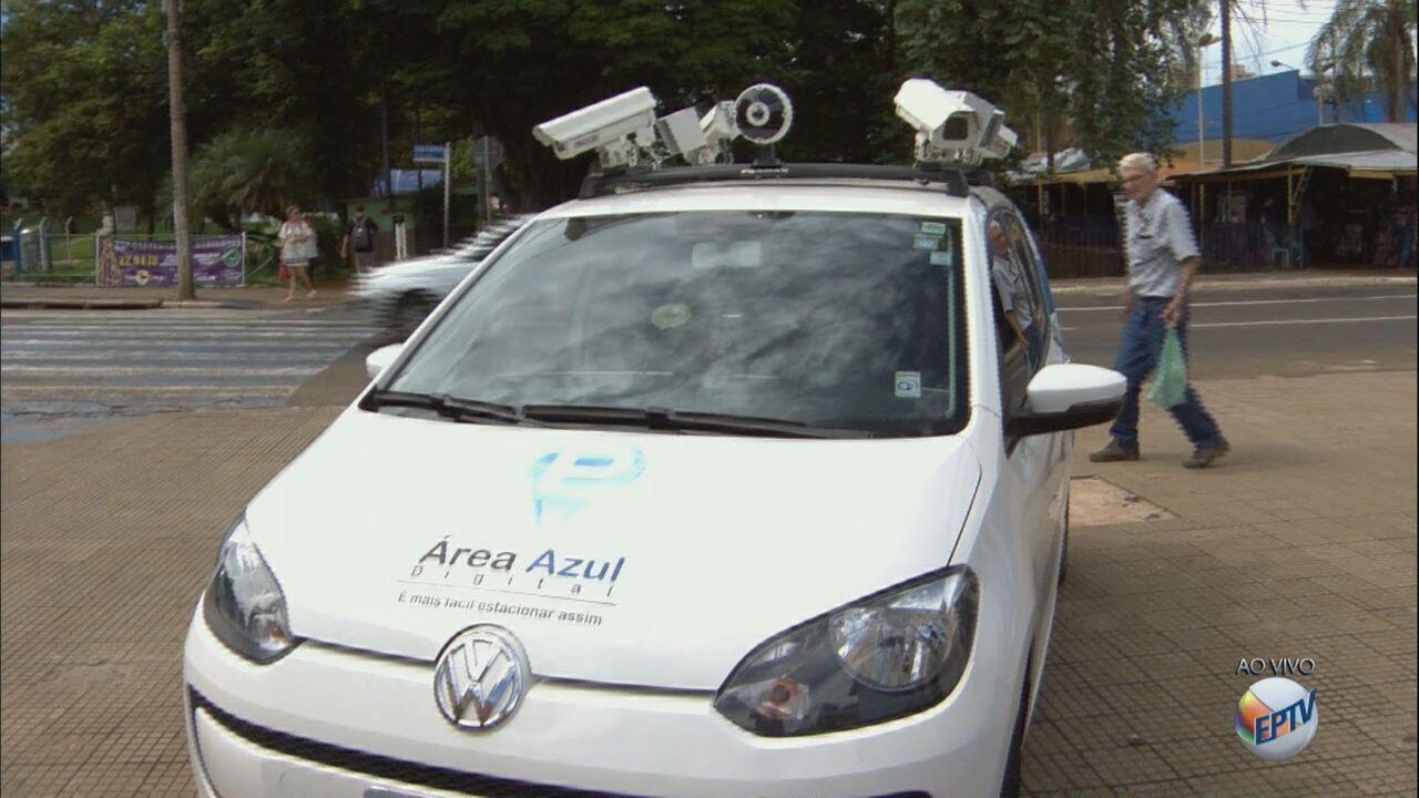 Carro que fiscaliza Área Azul em São Carlos vai aplicar multas para quem estiver irregular